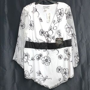 NWT Beautiful black & white flower blouse! Size 1X